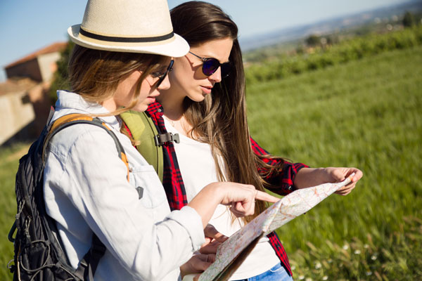 בחורות מסתכלות על מפה בטיול