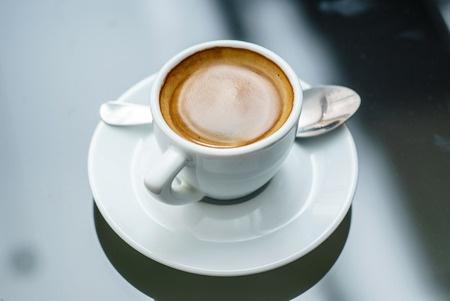 כוס קפה על שולחן עץ