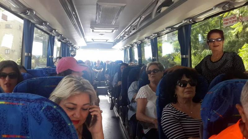 תושבים באוטובוס מתוך קהילה מטיילת